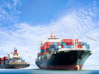 Schiff, das Container transportiert